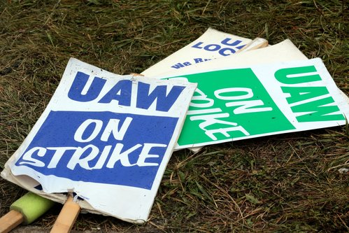 Image for 50,000 striking GM workers will now vote on tentative agreement