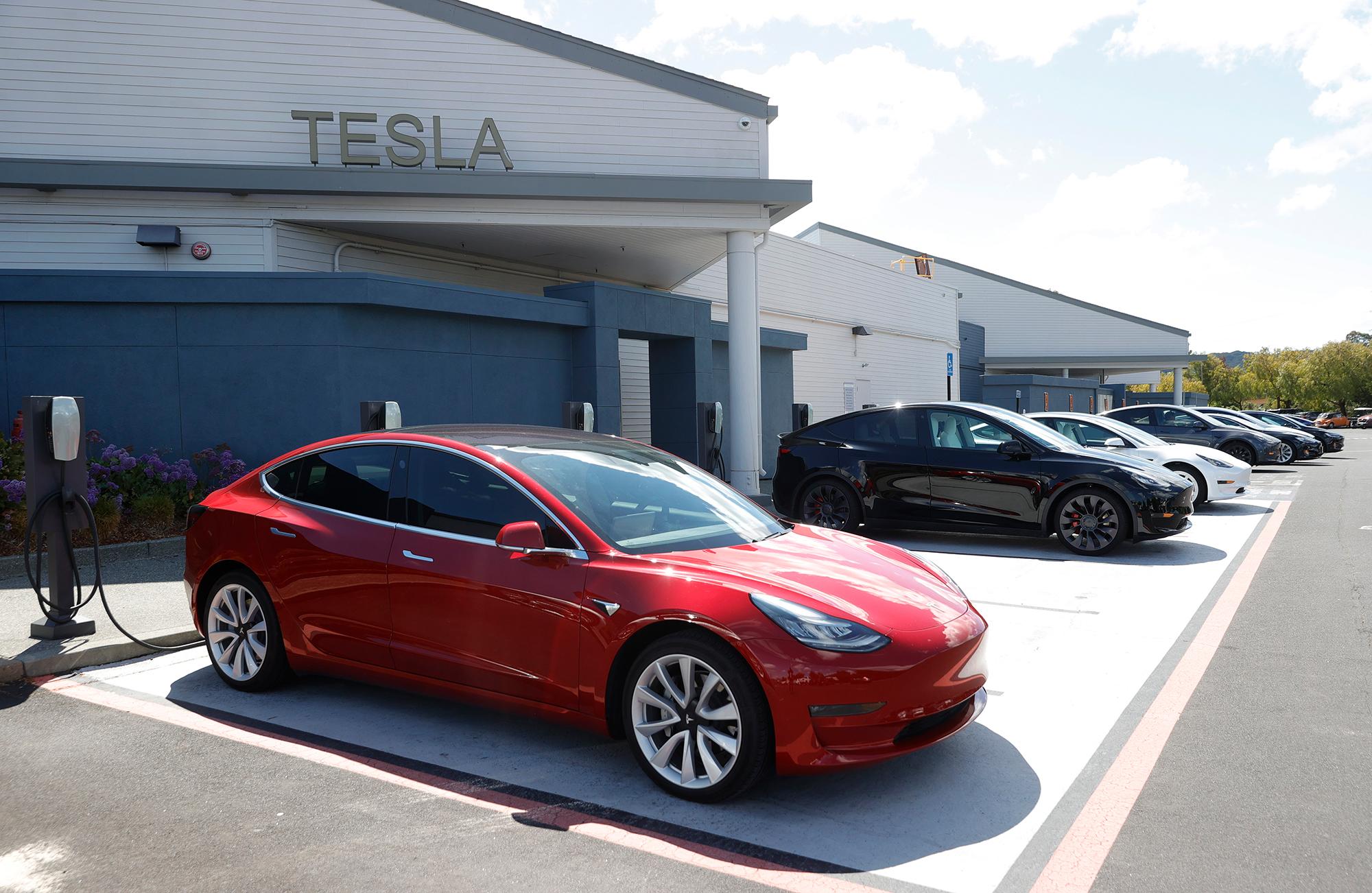 Major Tesla investor dumps a big chunk of shares