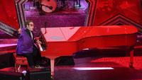 Elton John announces he has pneumonia on tour
