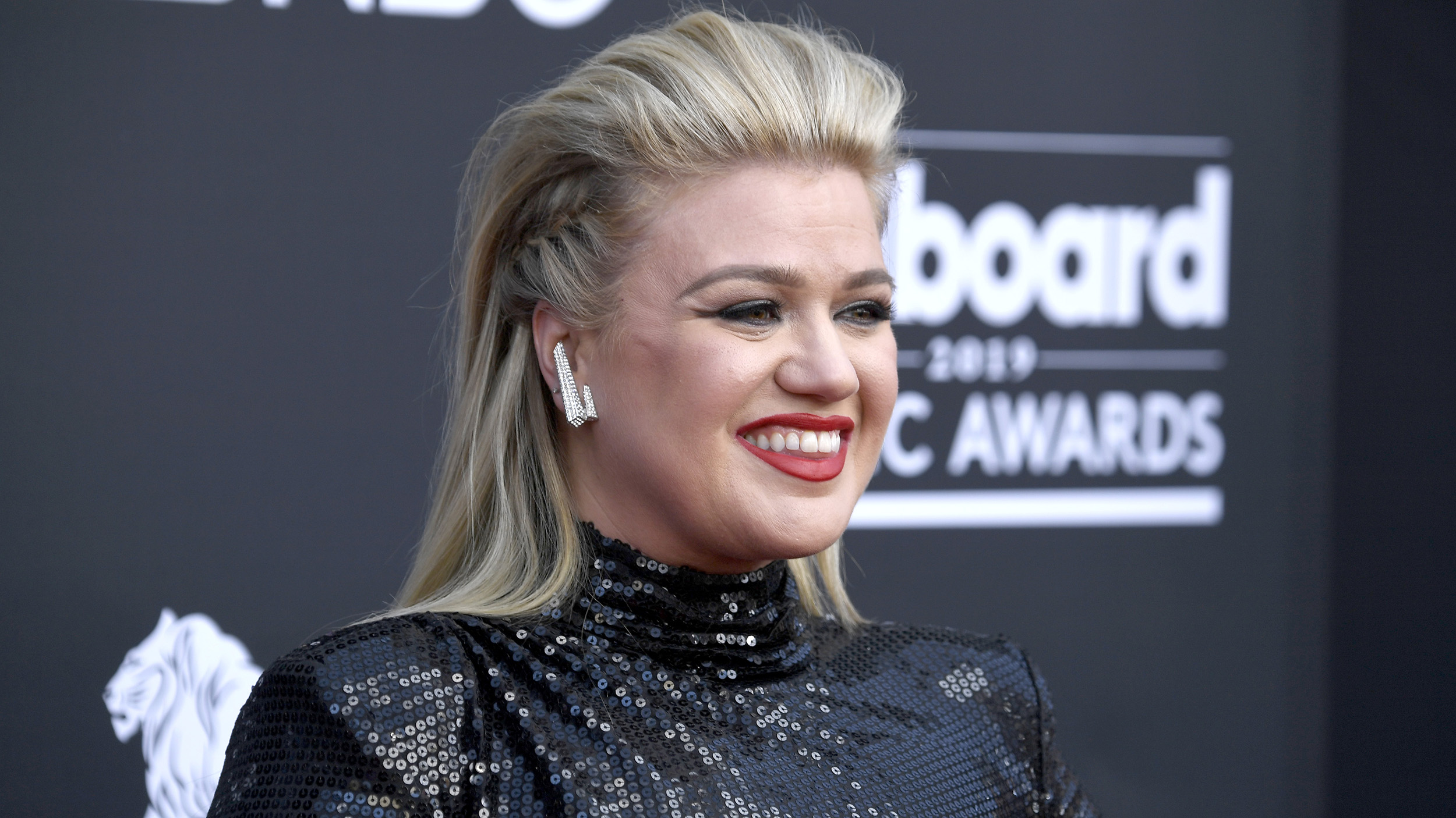 Kelly Clarkson takes on Twitter troll: 'aim higher'