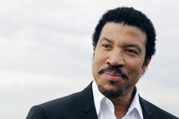 Lionel Richie remembers his friend Kenny Rogers in ACM concert