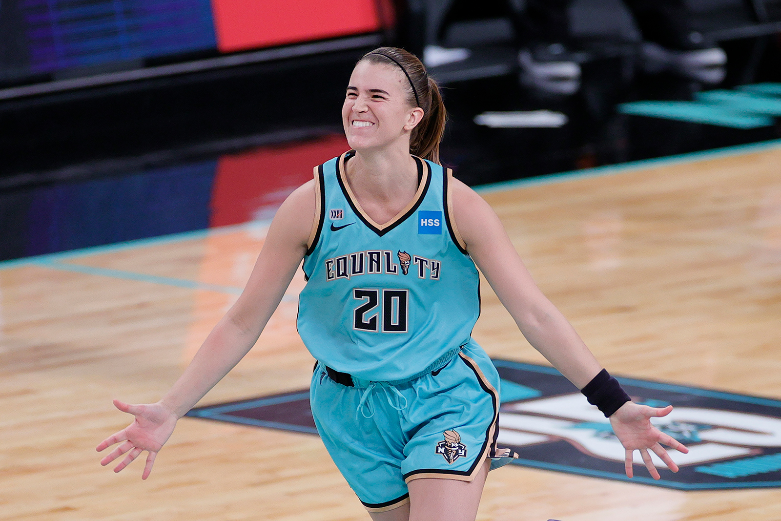 Sabrina Ionescu honors Kobe Bryant, hits game-winning 3 to start the WNBA season