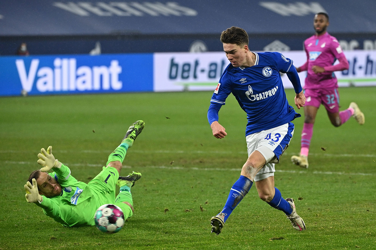 After 30 league games without a win, Schalke stops the rot with 4-0 victory