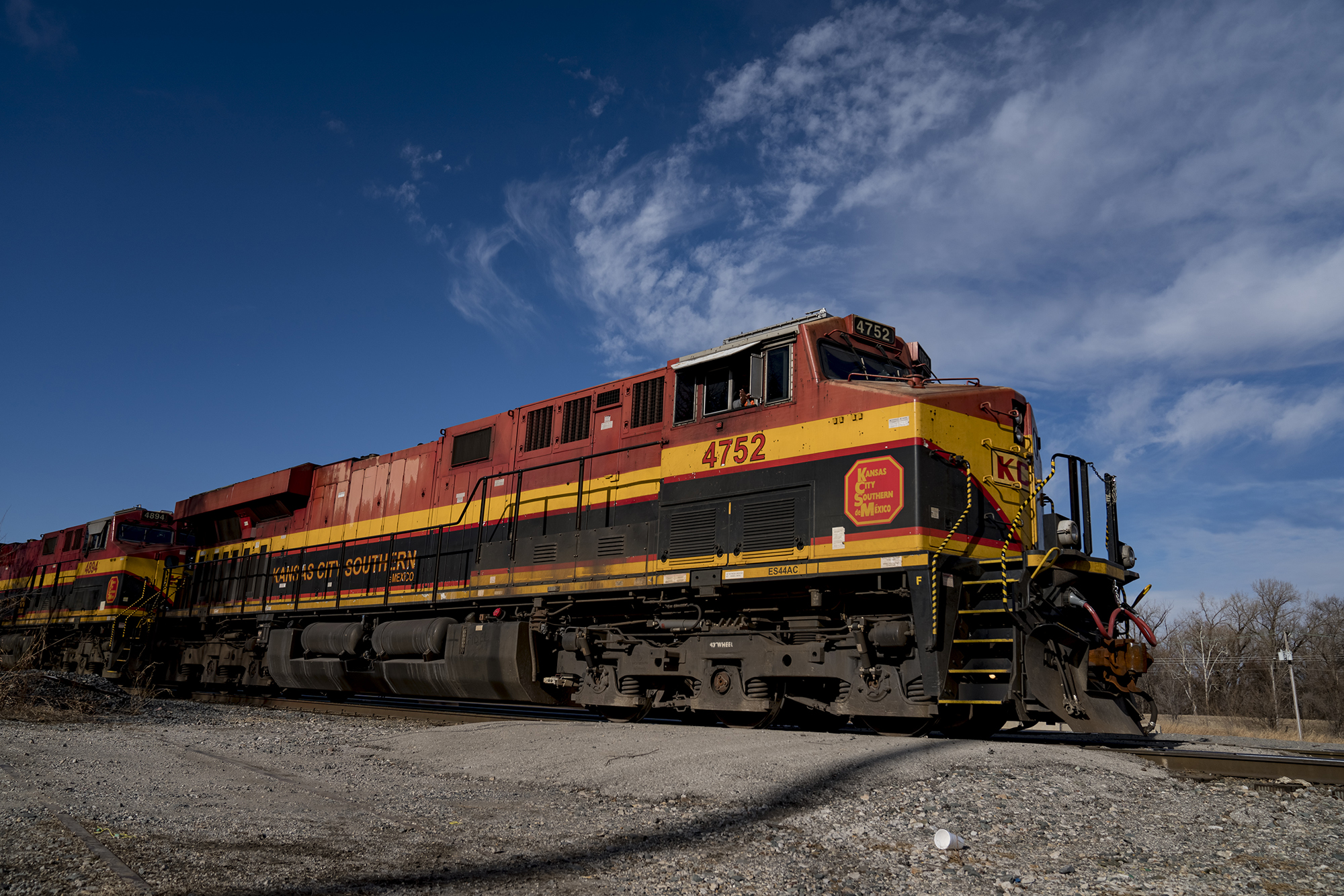 Two Canadian railroads launch bidding war for rare access to Mexico