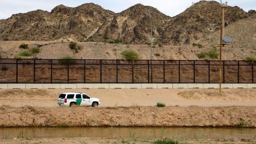 Image for Trump admin considers temporary courts along the southern border