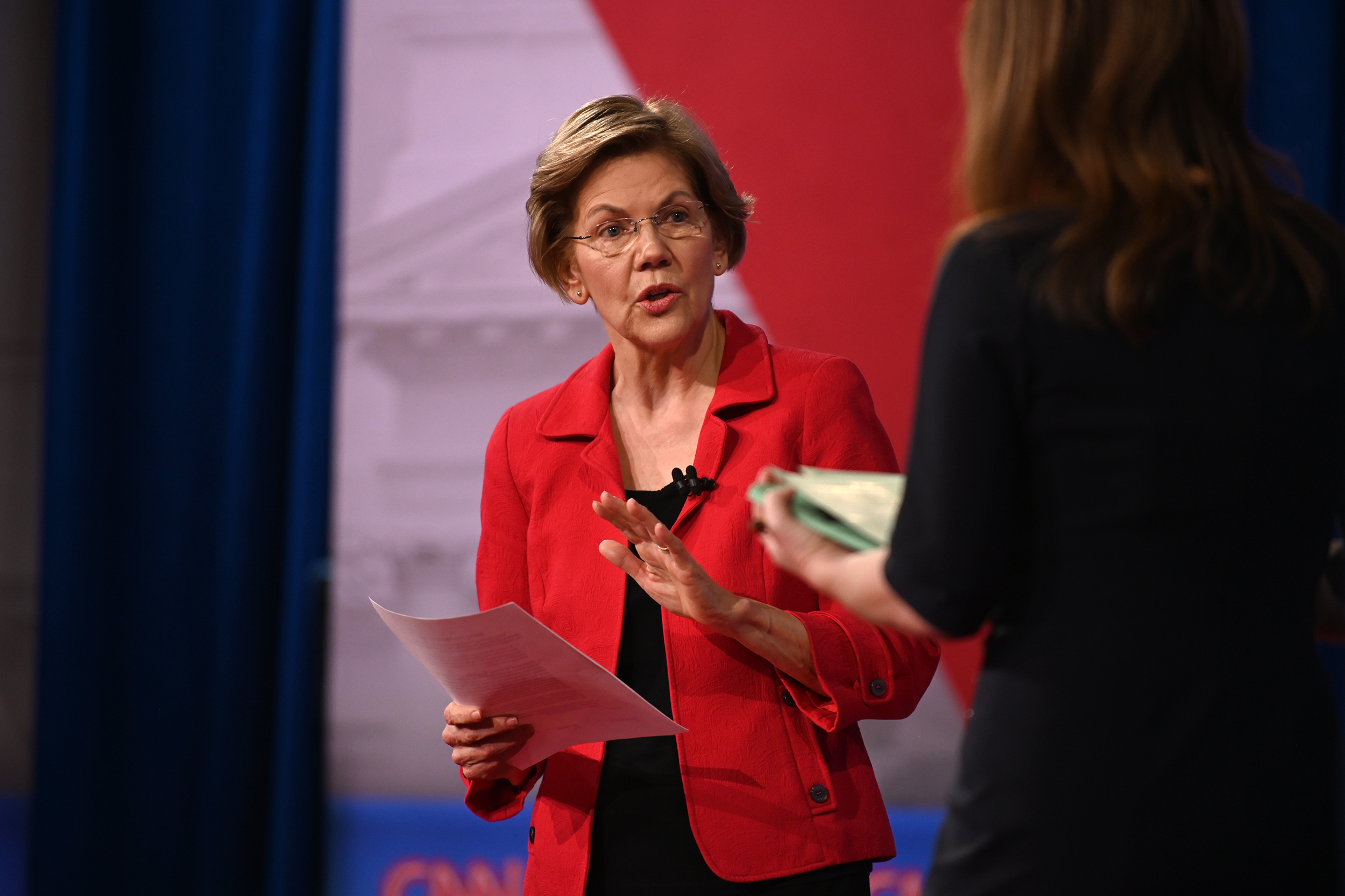 Warren proposes contract to free women from Bloomberg confidentiality agreements