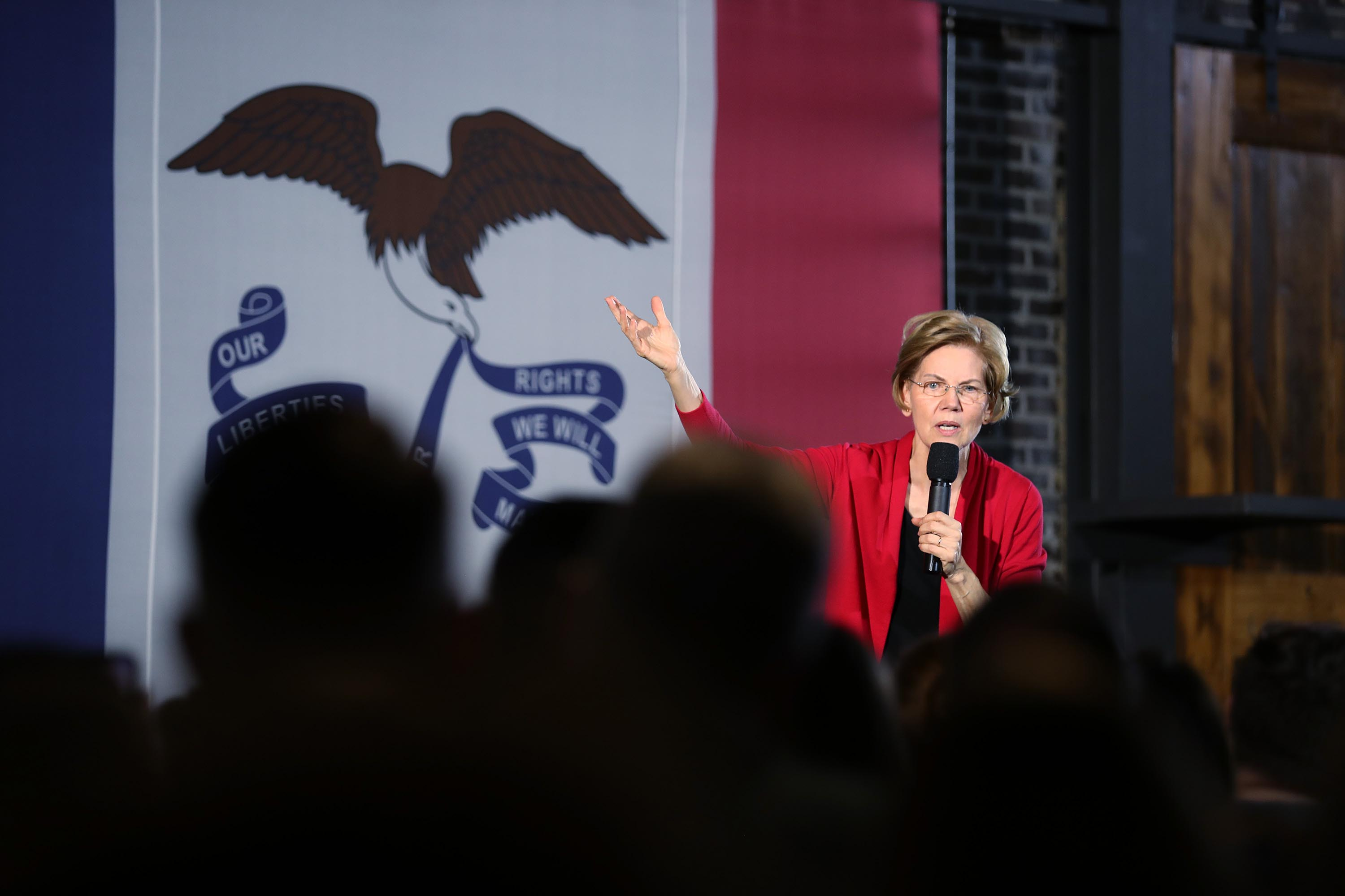 Elizabeth Warren's campaign downplays early state expectations in new pre-Iowa memo