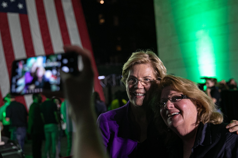 Elizabeth Warren took selfies for 4 hours after her New York rally. It's part of her plan.