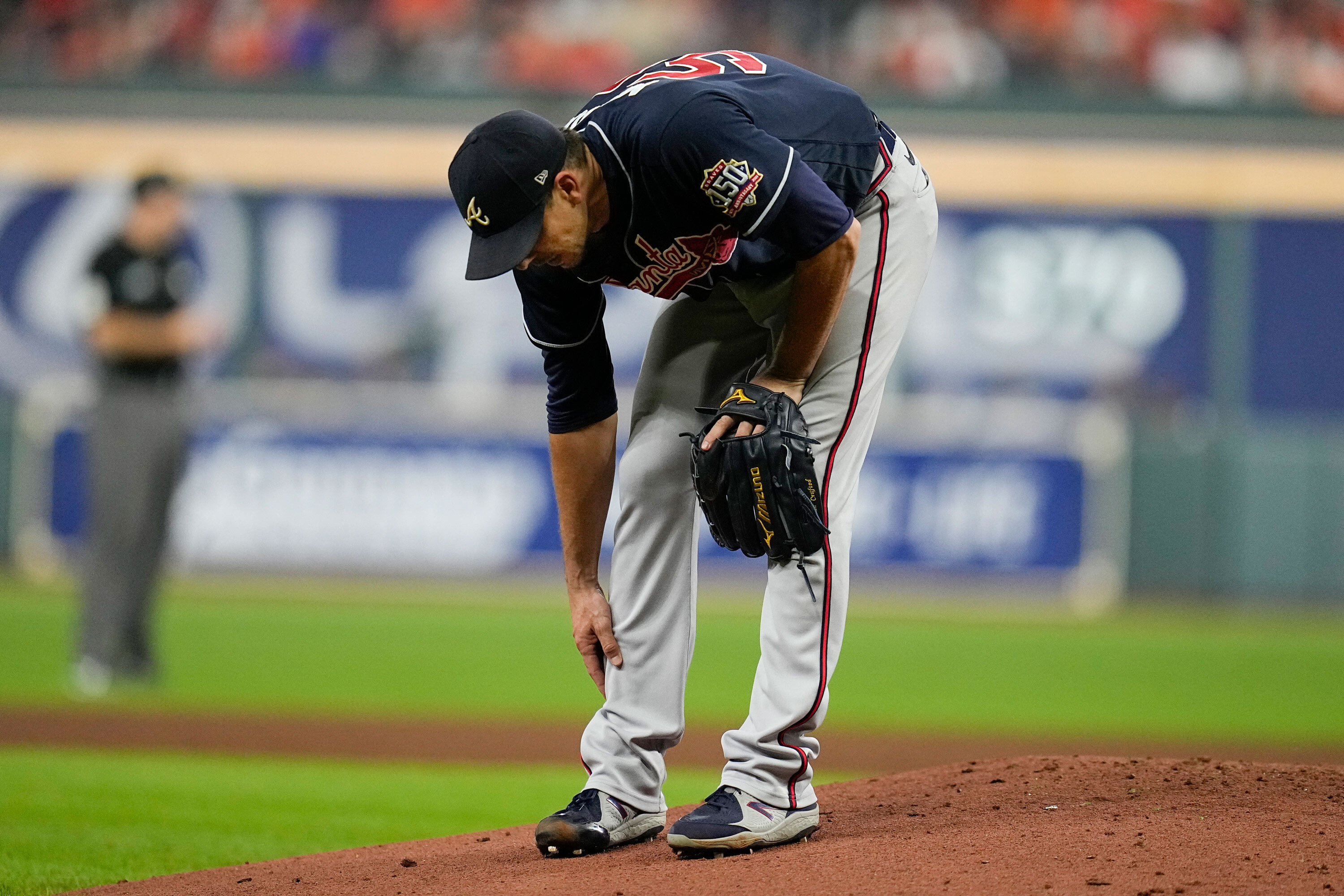Braves pitcher Charlie Morton fractures bone in his leg, leaves World Series game in third inning
