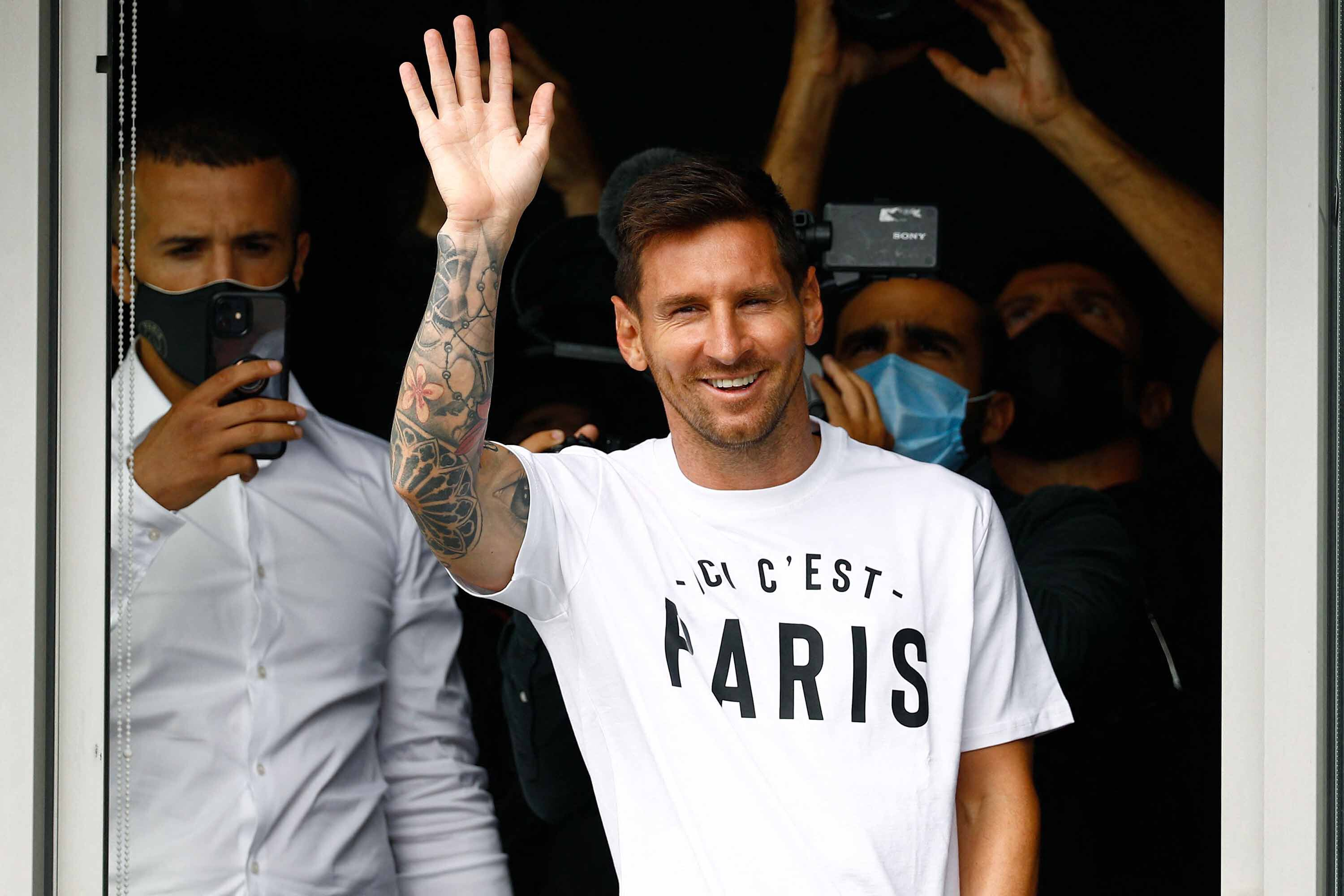 Lionel Messi signs two-year contract with Paris Saint-Germain