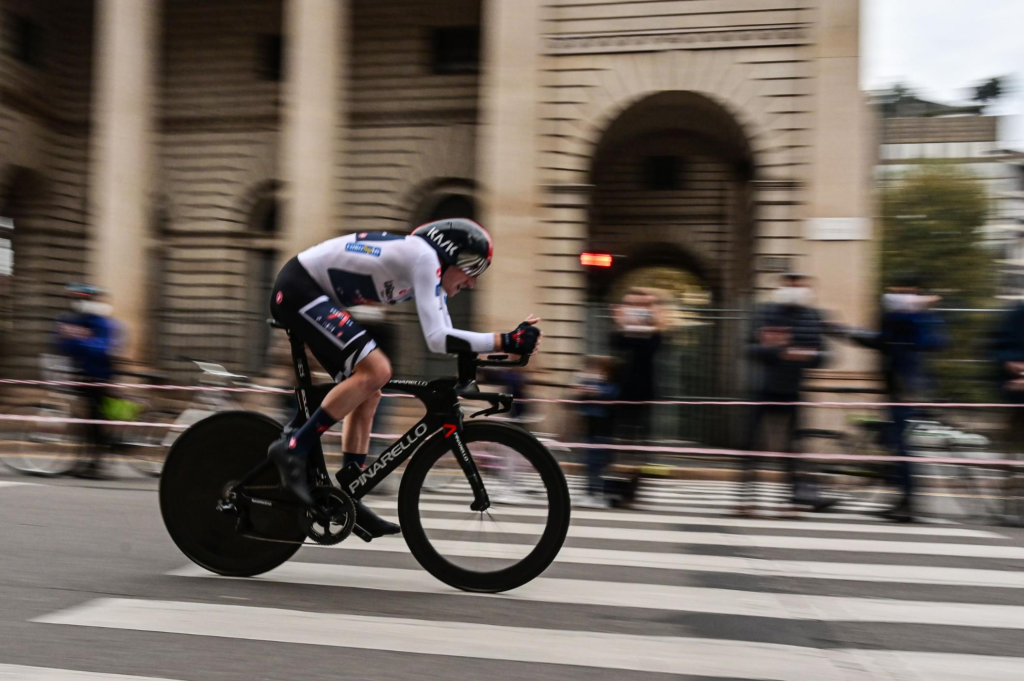 Tao Geoghegan Hart wins Giro d'Italia after thrilling conclusion in Milan