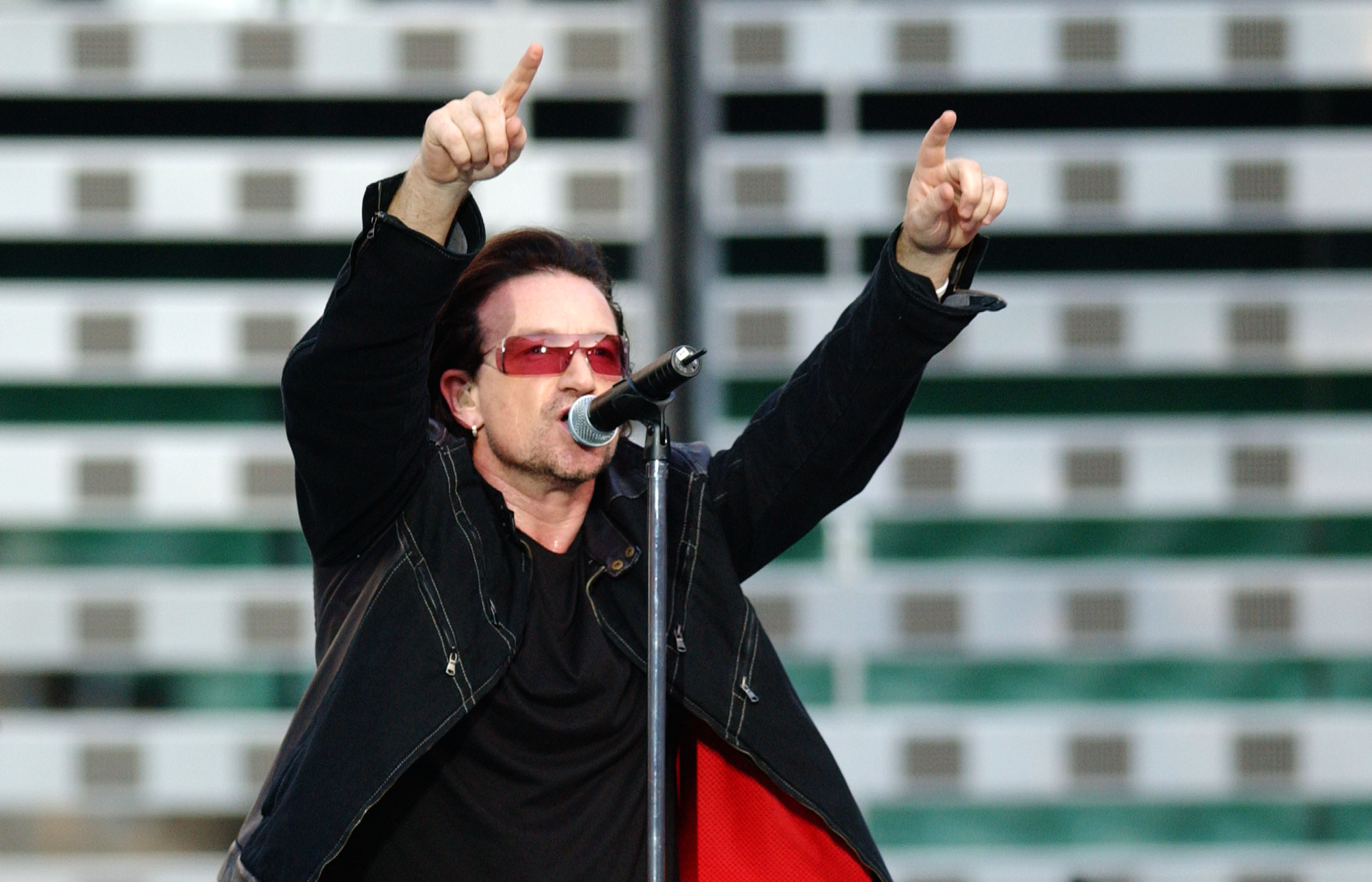 Bono visits Irish rugby team ahead of crucial Six Nations game against England