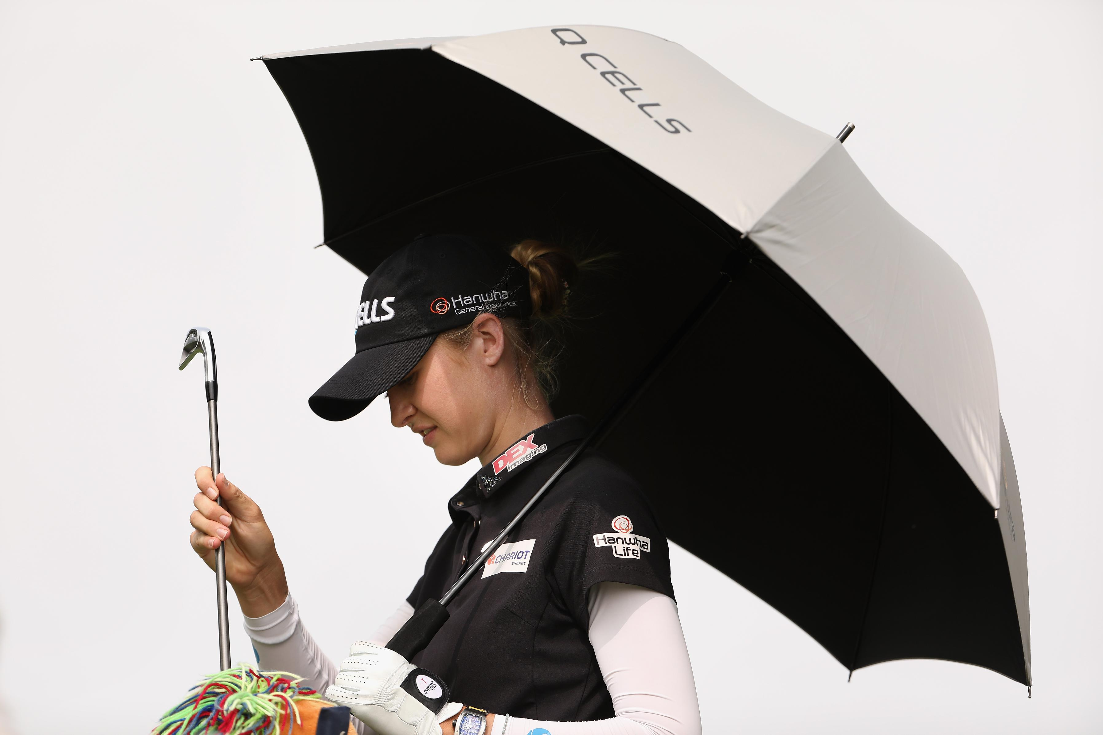 Canada's Henderson joins Korda in lead on 'stinking hot' day in California
