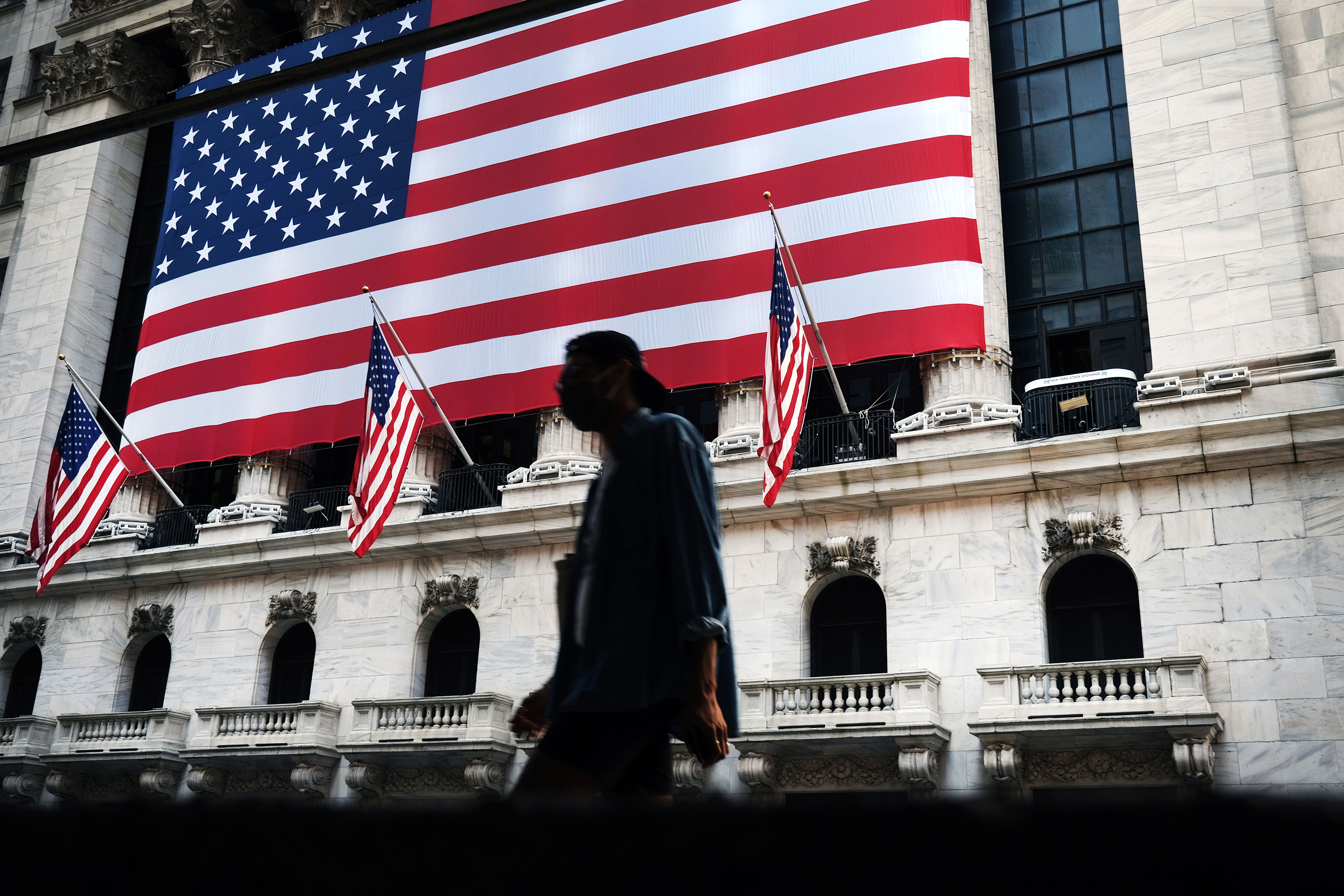 Dow tumbles more than 500 points as coronavirus fears mount
