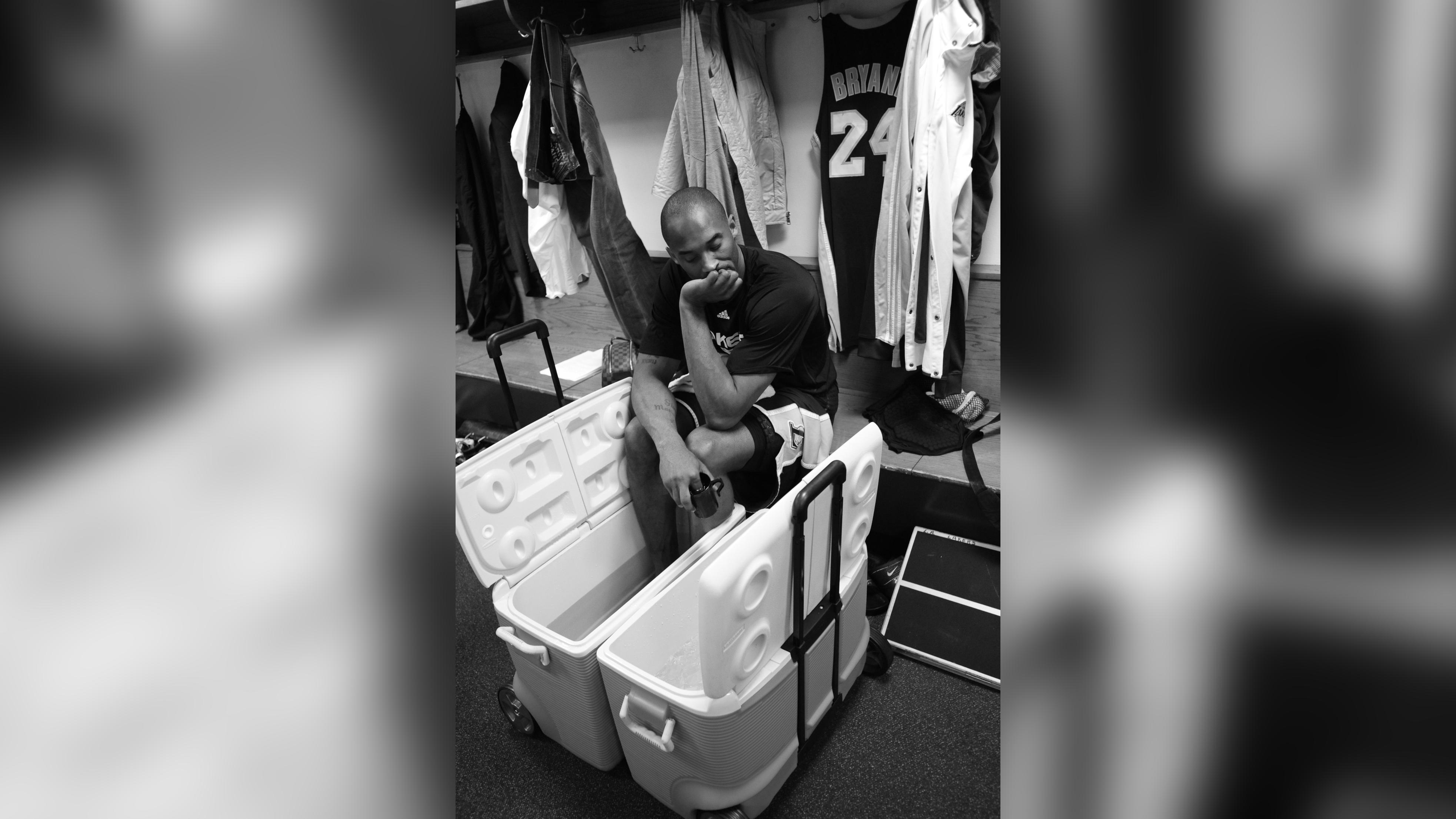 This photo of an injured Kobe Bryant willing himself to play sums up the Mamba mentality, photographer says