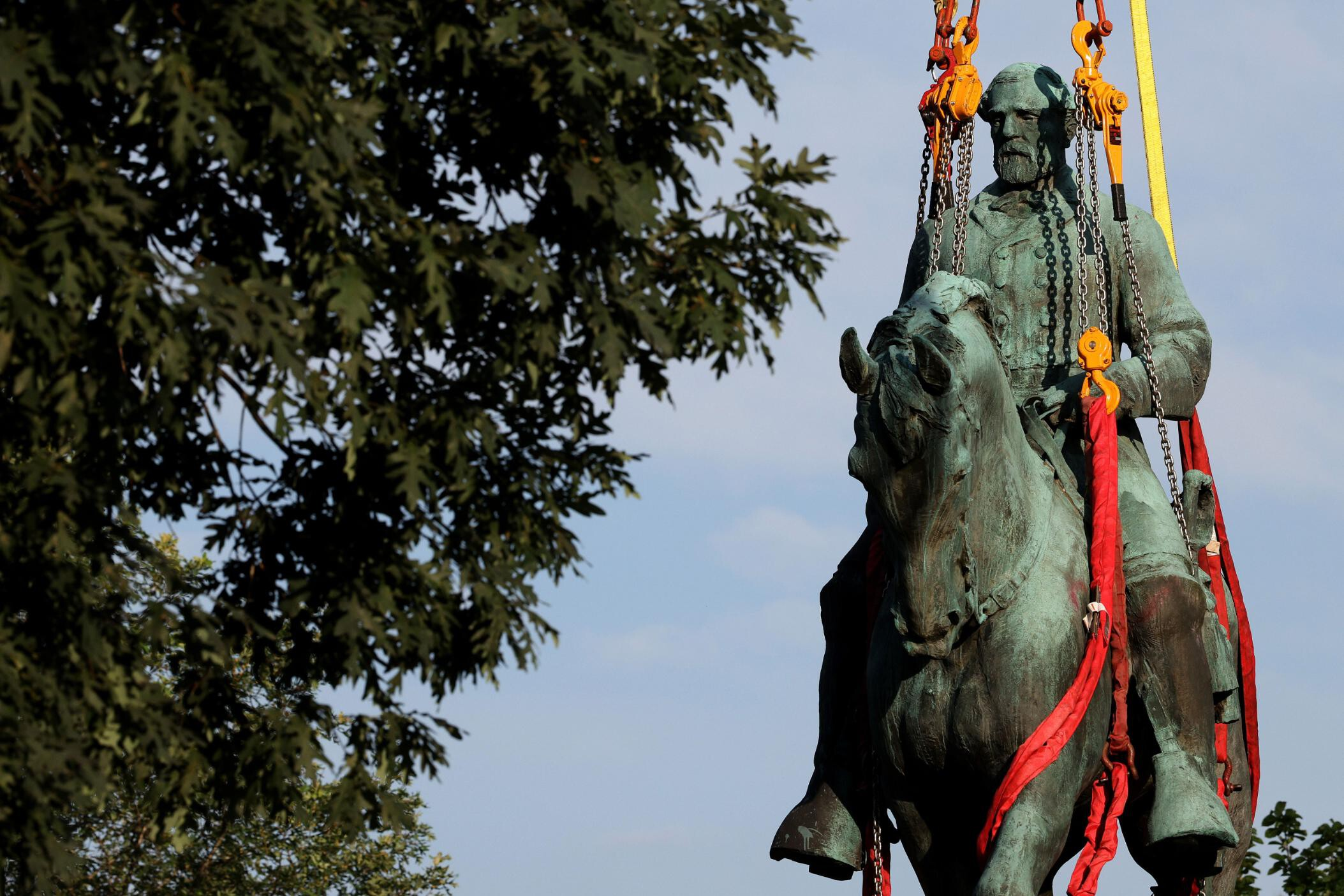 Charlottesville removes two Confederate statues as onlookers cheer