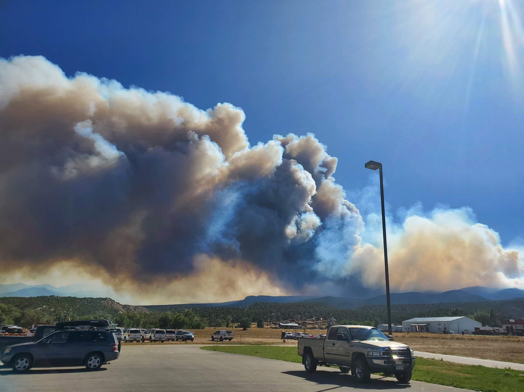 Firefighters battle 6,000-acre blaze in Colorado