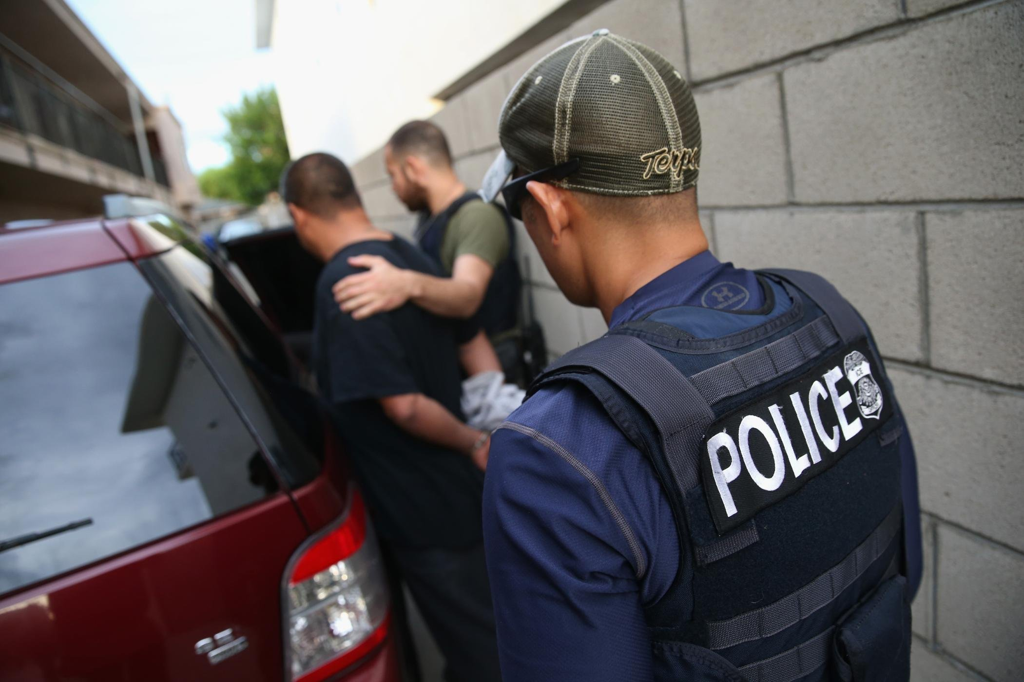 What immigrant advocates advise people to do if ICE comes to their door