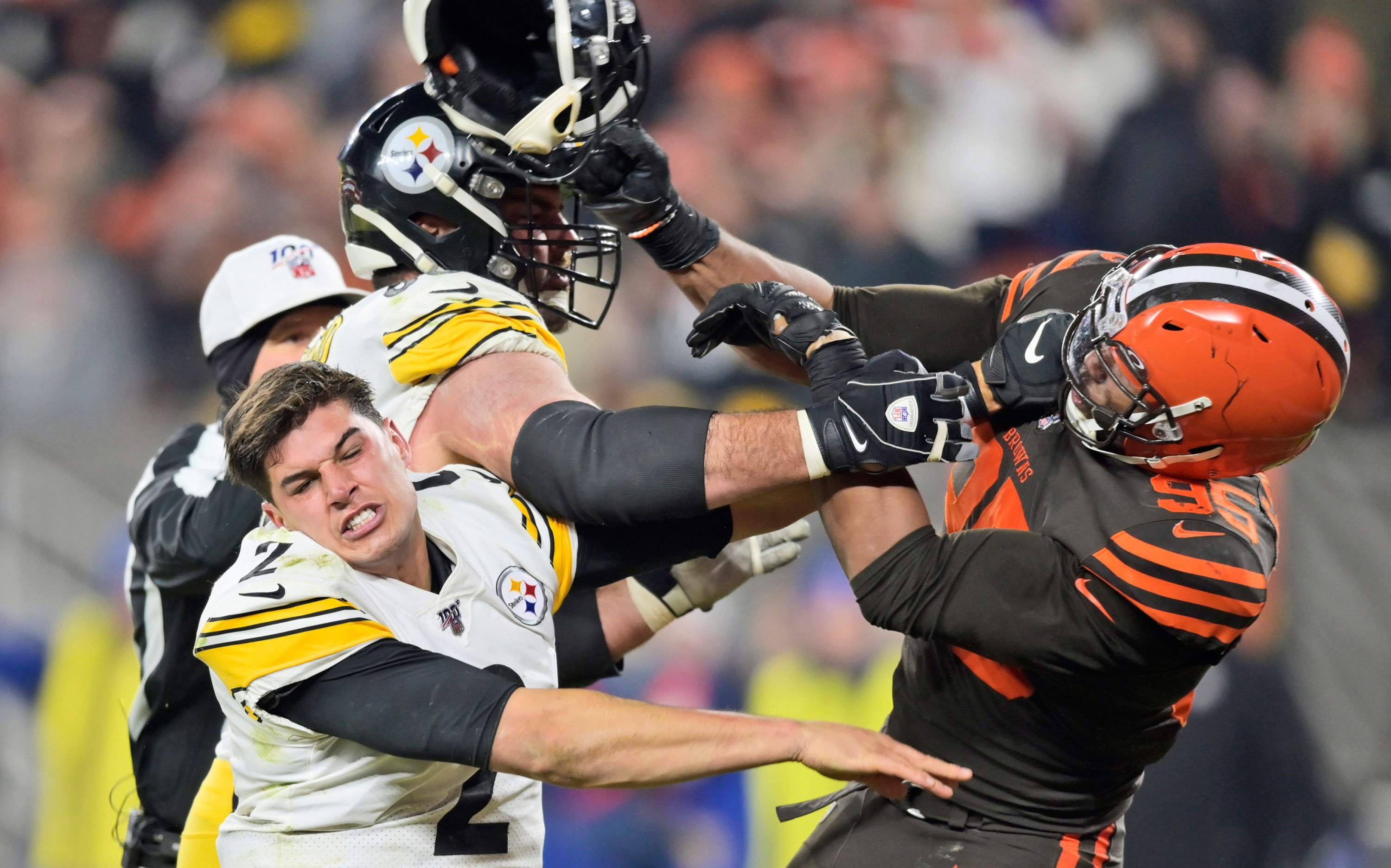 Cleveland Browns' rare win over the Pittsburgh Steelers ends in a helmet swing and a brawl