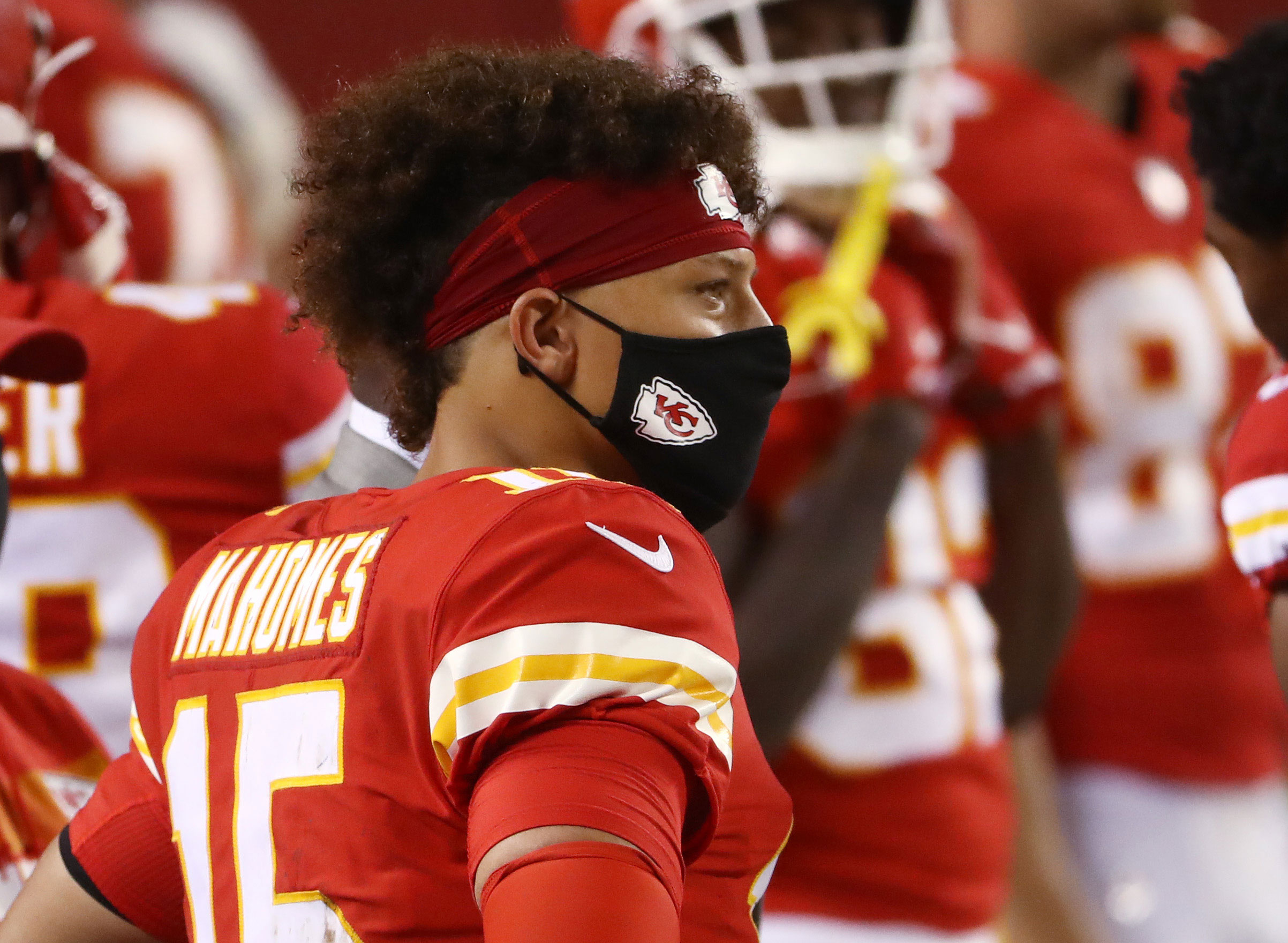 "NFL ""strongly encourages"" players to wear masks while on sideline during games"