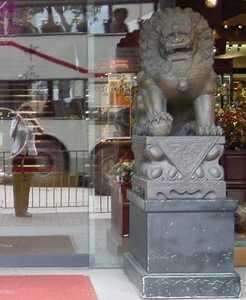 Coralie | A lion and a statue | Hong-Kong, China