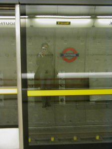 Onyi | pretend you don't see me... | london underground, london