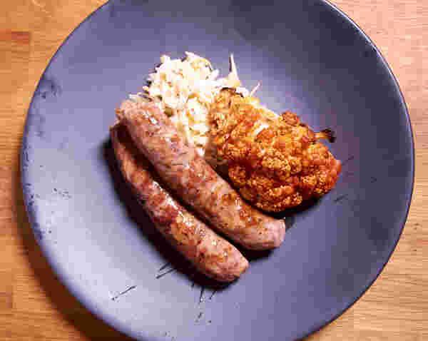 炖香肠,鼠尾草,菜花沙拉