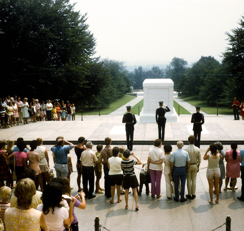 Changing of the guard at the Tomb of the Unknown Soldiers, Arlington Cemetary. Via Creative Commons