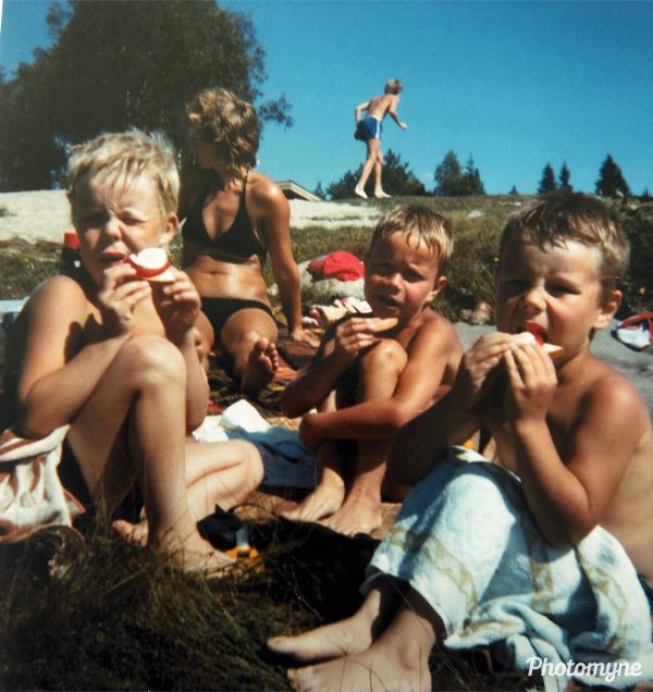 Magnus, Øivind og Bo Inge Ensrud Godt med mat etter mye bading i Tørbergssjøen sommeren 1982 (Magnus, Øivind, and Bo Inge Ensrud Godt with food after a lot of swimming in Tørbergssjøen in the summer). Norway 1982