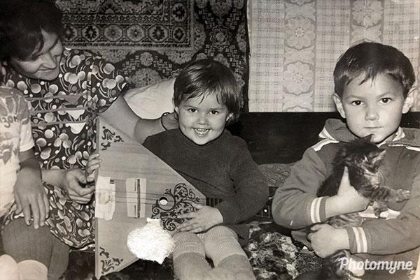 Как обычно, дома всегда есть кот и гитара. Russia 1989