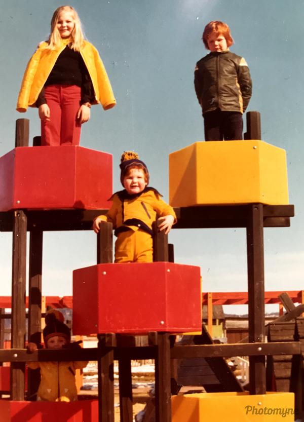 Hin 4 fræknu á Rosenlundsleikvellinum í heiðskíru aprílveðri (The 4 nerds at the Rosenlunds playground in the heyday of April). Sweden 1975
