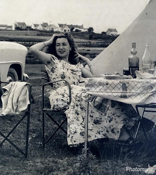 Un pic-nic au bord de la mer dans les années 50. Quasiment seul. Rien de mieux. (A picnic by the sea in the 50s. Almost alone. Nothing better). France 1950