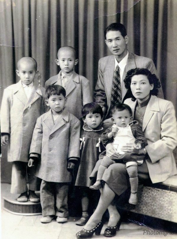 父母親與三位哥哥和二妹~碧芳 (my parents, three brothers and two sisters). Taiwan 1952