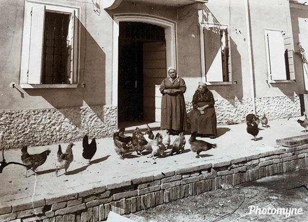 Famiglia Alberici, nuova casa. Zia Fiorinda (nata a Boretto 21.05.1860) e sua madre La Ninen fumatrice di pipa (Alberici family, new home. Zia Fiorinda (born in Boretto 21.05.1860) and her mother The Ninen pipe smoker. Italy 1900