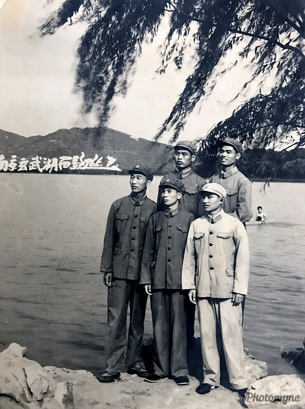 1964年7月,南京军区步兵学校机要队毕业后同时分配到军区司令部机要局译电科的五个战友,1965年7月在玄武湖公园合影留念。前排左一于建新,左二胡行根,右一禇廷美,后排左一张汉斌,右一黄祖耀。(In July 1964, after graduating from the military corps of the Infantry School of the Nanjing Military Region, they were also assigned to the five military comrades in the Military Region Command Bureau.). China 1964