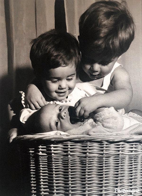 Una felicitación de tus padres a los nuestros con tres de tus hermanos (A celebration of the third brother). Spain, 1959