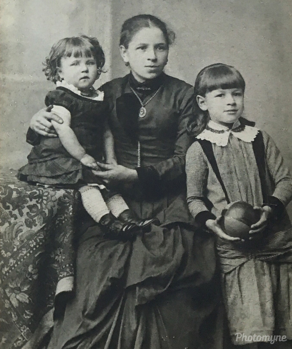 Familiefoto af min bedstemor, oldemor og storesøster Henni (Family photo of my grandmother, great-grandmother and older sister Henni), Altona, Bergen, Norway, 1890