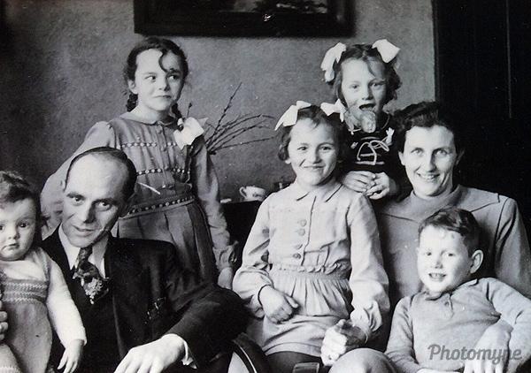 Zussen en broer (sisters and brother). The Netherlands 1953