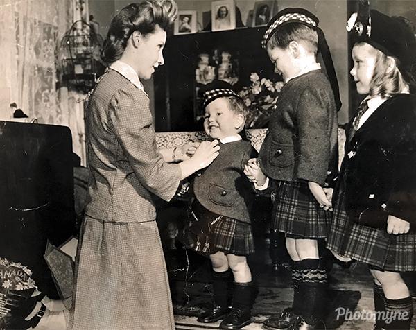 Violet (Lyell/Hervey) Tharp arriving in the USA with her children: Norman Reston Hervey, Francis Robert Hervey, and Sandra Eileen (Hervey/Witczak) Francis. USA 1947