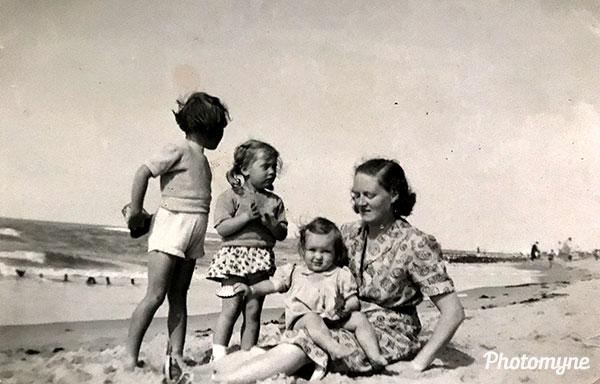 Moeder en dochters (Mother and daughters). Belgium 1952
