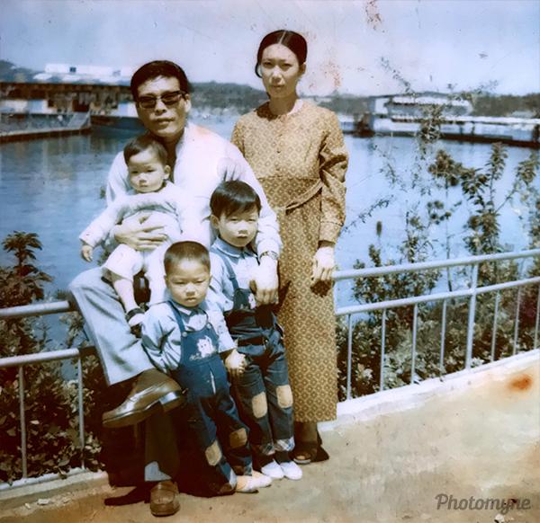 원 원천유원지 가족 봄놀이 (Suwon Woncheon amusement park, spring family excursion). South Korea 1973