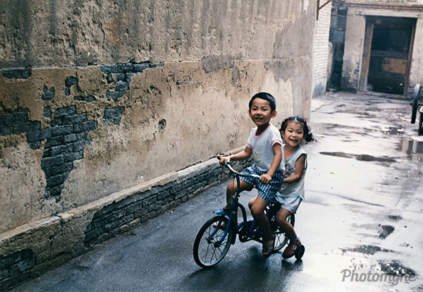 童趣 - 大半截胡同 (childhood happiness in the alley). China 1991