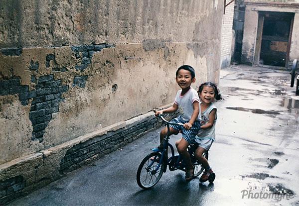 童趣 - 大半截胡同 (childhood happiness in the alley). China 1991