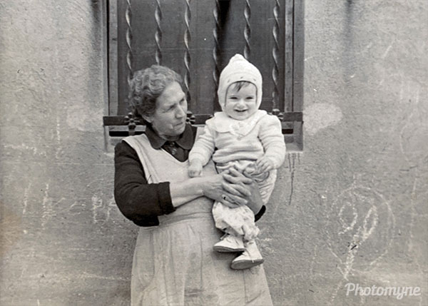 En los brazos de Mi yaya Ignacia (In the arms of Mi yaya Ignacia). Barcelona, Spain 1955