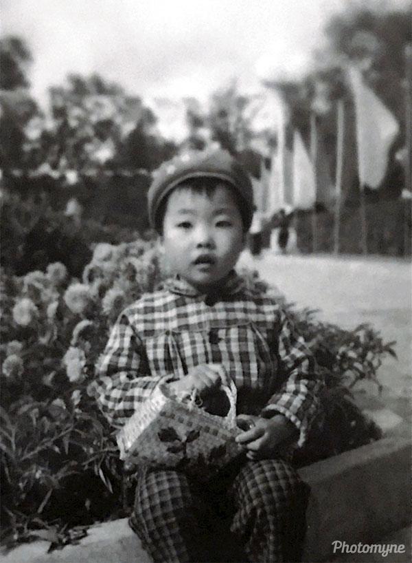 我小时候 身为摄影爱好者爸爸为我拍摄 并且亲自洗印的 (When I was a child, I was photographed by my father, a photography enthusiast, and I personally printed it). China 1978