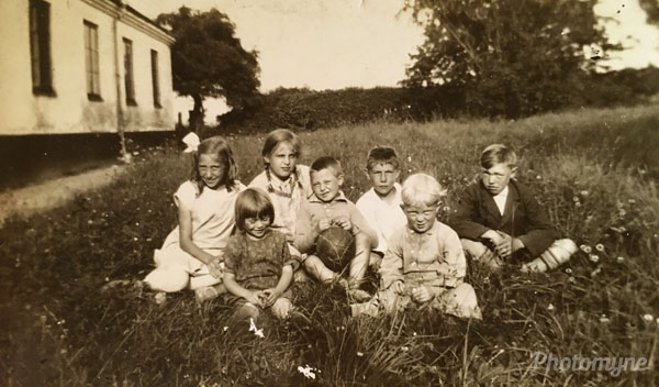 Faster Anna och far med andra barn i Staffanstorp (Aunt Anna and father with the other children in Staffanstorp). Sweden 1926