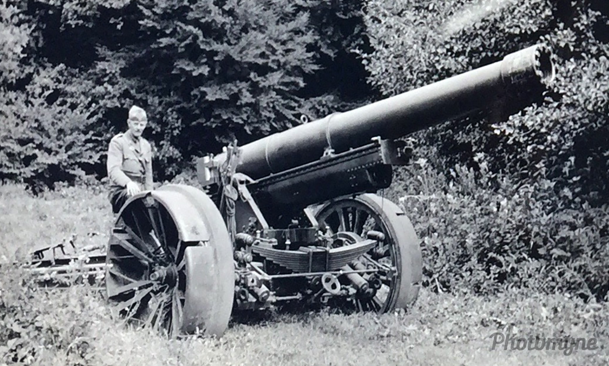 OL Erik Bille Brahe poserer ved artilleripjece i Oksbøl (OL Erik Bille Brahe poses at the artillery jersey in Oksbøl). Denamrk 1935