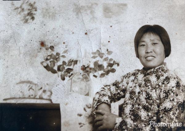 看到老妈年轻时候的照片,好感慨!岁月无情啊!(When I saw a photo of a young man, good feeling! Years of relentless ah!). China 1970