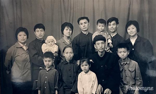 花甲合影留念-伦题 (Hail photo taken). China 1979