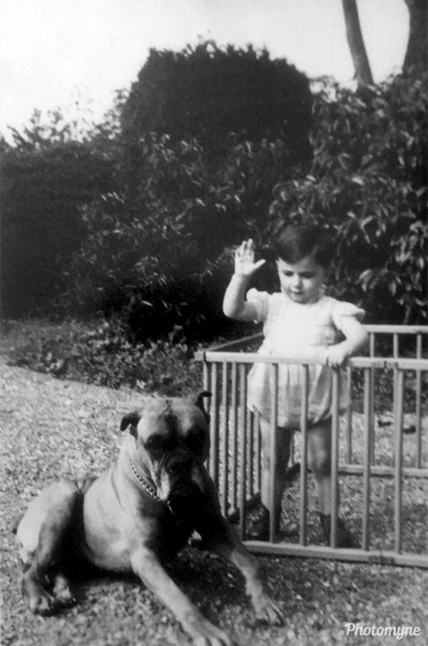 With Ich in einem Rüschen Bloomer, als ich es versuchte, den Boxer des Nachbarn zu bändigen versuchte (Here is me, when I tried to train the neighbor's Boxer). France 1954